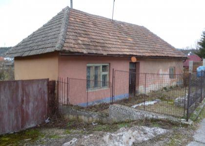 DOMUM – Pekný pozemok so starým domčekom vo Vaďovciach, okres Nové Mesto nad Váhom