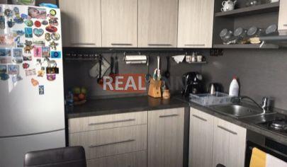 REALFINN - ZNÍŽENÁ CENA- Exkluzívne predaj -trojizbový byt po rekonštrukcii so zariadením v Nových Zámkoch, Prednádražie