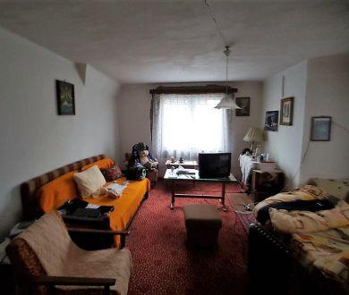 Znížená cena!!!  Ponúkame na predaj starší rodinný dom v centre mesta.