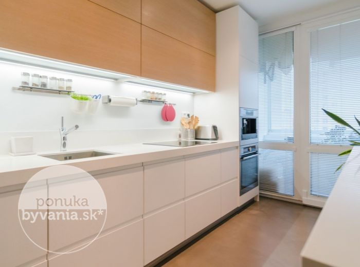 REZERVOVANÉ - HROBÁKOVA, 3-i byt, 76 m2 - DIZAJNOVÉ REKONŠTRUKCIA, Malý Draždiak, VSTAVANÉ spotrebiče