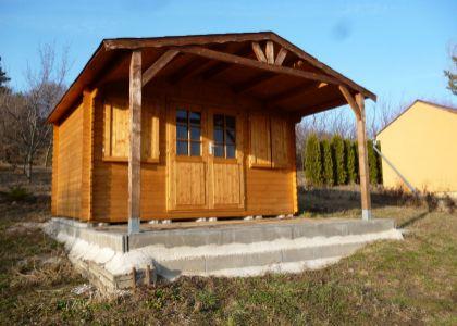 DOMUM - slnečný pozemok s drevenou chatkou v záhradkárskej osade v Čachticiach
