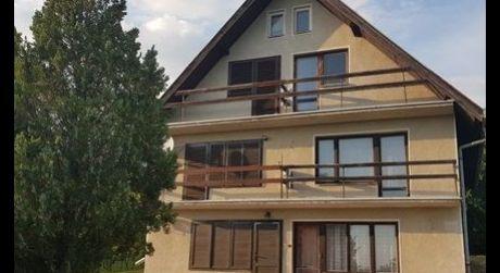 PREDAJ - veľká chata v obci Kamenín.