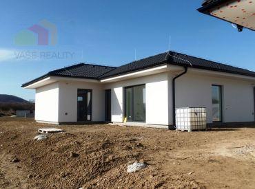 ** NOVOSTAVBA ** Na predaj 4-izbový rodinný dom typu bungalov s pozemkom 621 m2 - obec Beckov