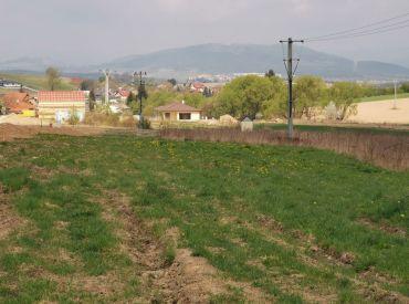 Predaj slnečného pozemku v obci Višňové, 630 m2 + podiel v ceste, Cena: 76.600 €