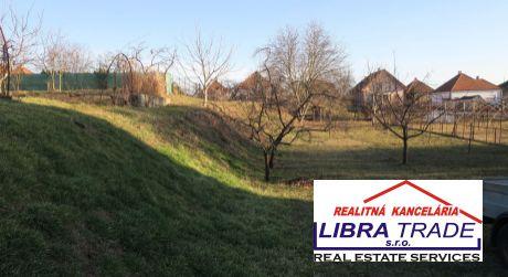 stavebný pozemok na predaj v obci Dvory nad Žitavou.