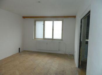 EXKLUZÍVNE predáme 3-izb. byt v pôvodnom stave v Seredi