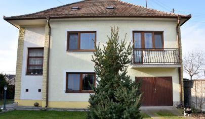 Krásny rodinný dom-dvojgeneračný, s veľkou záhradou, garážou a altánkom