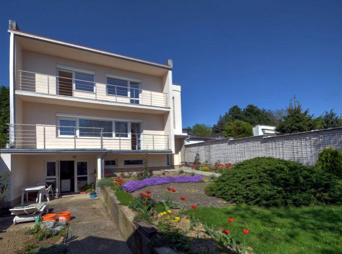 MARIANKA, 7-i dom, 450 m2 - ROZĽAHLÁ ZÁHRADA, náklady len 140 EUR/mes., garáž, 2-GENERAČNÉ BÝVANIE