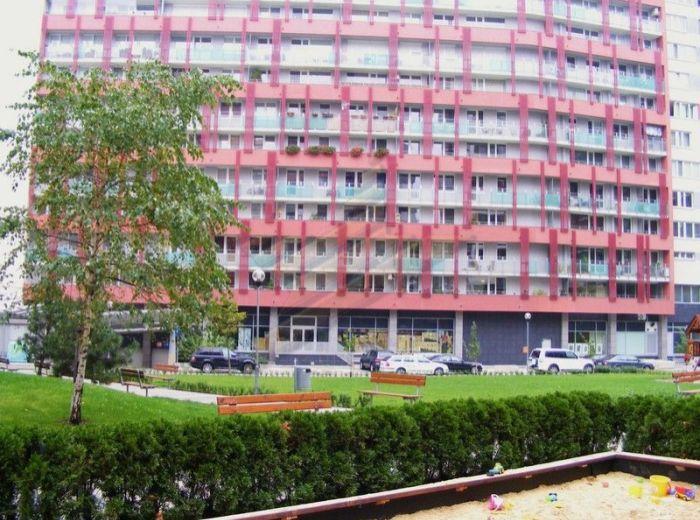 PREDANÉ - TOMÁŠIKOVA, 3-i byt, 91 m2 - v tehlovej NOVOSTAVBE, nepriechodné izby, 3x vstavaná skriňa, s veľkou loggiou orientovanou DO DVORA