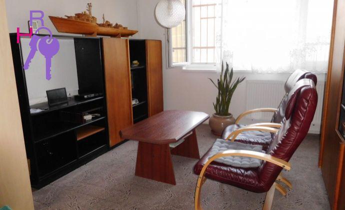 Na predaj  priestranný 1 izbový byt  v perfektnej lokalite plnej zelene. Vhodné aj ako investícia.