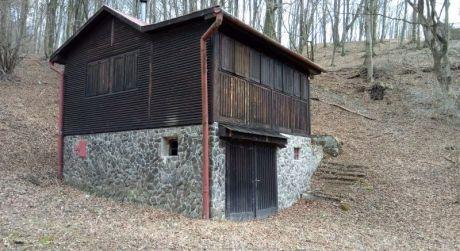 Zrubová chata pri Ružínskej priehrade vlokalite Zlatník ako stvorená pre rybárov a hubárov  (43/19)