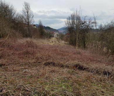 Ponúkame na predaj pozemok v bližšom centre obce Praznov, 2100 m2.