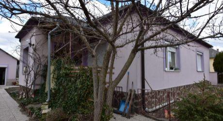 4 - izbový rodinný dom 90 m2, pozemok 1000 m2 - Bezenye
