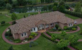 Exkluzívna rodinná vila s vlastným jazerom, úžitková plocha 500m2, pozemok 15674m2 (cena v RK)