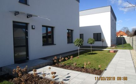 NOVOSTAVBA - zariadený 3 izb.byt so záhradkou a parkovacím státim