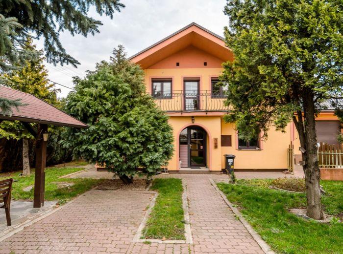 PODPRIEHRADNÁ, 5-i dom, 125 m2 - BEZPROBLÉMOVÉ PARKOVANIE, bývanie aj podnikanie, ALTÁNOK a ZELEŇ