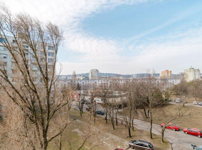 KOMÁRNICKÁ, 2,5-i byt, 63 m2 - BALKÓN aj LOGGIA, výborná vybavenosť, ELEKTRIČKA a Štrkovec na skok