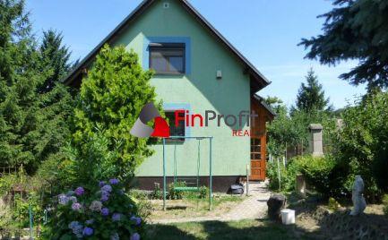 REZERVOVANÉ - Celoročne obývateľná chata so súpisným číslom a s pekne udržiavanou záhradou.