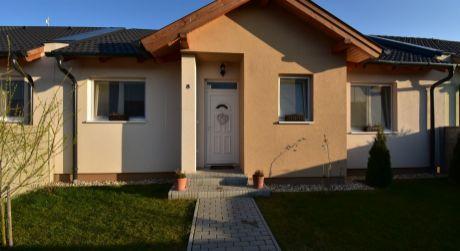 3 - izbový rodinný dom 63 m2,  kompletne zariadený - Rajka