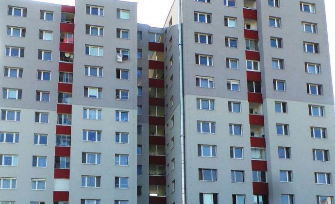 2 izbový byt v pôvodnom stave, určený na rekonštrukciu podľa vlastných predstáv. Bratislava - Petržalka, Hrobákova ulica
