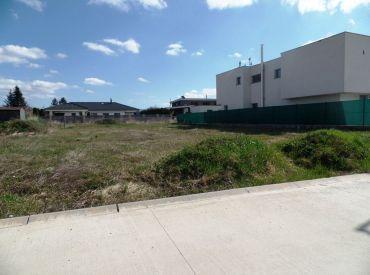 Na predaj stavebný pozemok o výmere 612 m2 v novovybudovanej štvrti - Nové Mesto n/V