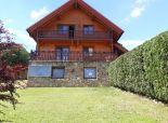 Predaj zrubového rodinného domu a dvojgaráže v nádhernom prostredí pod Karpatmi na veľkom pozemku 1776 m2.