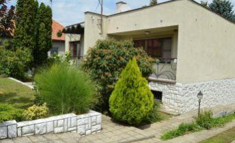 Rodinný dom z krásnou veľkou záhradou
