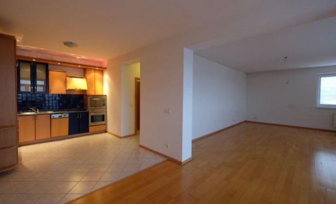 Veľký 3-izb. byt s parkingom a 2 balkónmi