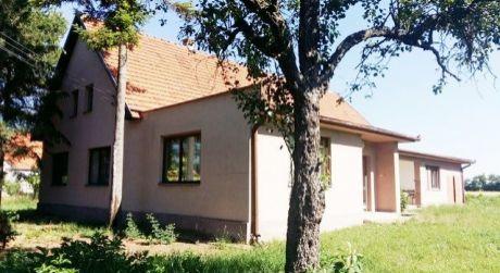 Veľký rodinný dom s krásnym pozemkom o rozlohe 1 ha v obci Bíňa.