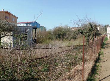 Na predaj stavebný pozemok 819 m2 pre RD alebo menšiu radovú výstavbu RD - obec Čachtice - centrum
