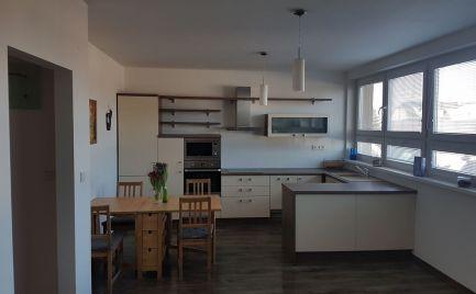 Ponúkame na predaj  4- izbový byt na Hradskej ulici s celkovou výmerou 85 m2