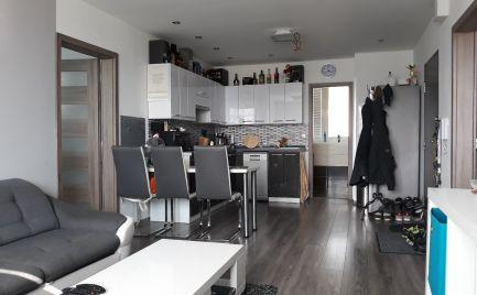 Rezervovaný 3 izbový luxusný byt s balkónom.