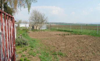 Na predaj stavebný pozemok s 2 izbovou chatkou v centre obce Čab len 15 km od Nitry.