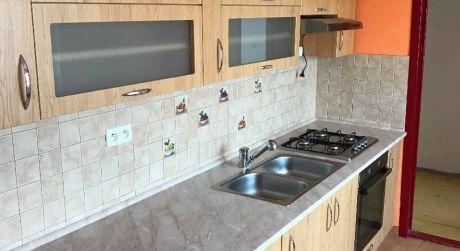 VÝHODNÁ KÚPA! Predaj - Kompletne prerobený 3 izbový byt s balkónom na Eotvosovej ul. v Komárne
