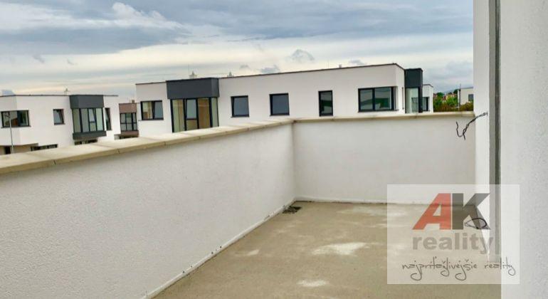 SKOLAUDOVANÝ 4i rodinný dom 120m2 za City Parkom Rovinka, tichá lokalita na skok od BA