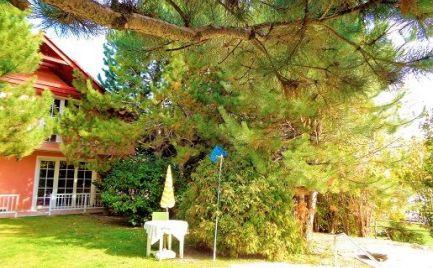NA PREDAJ priestranný rodinný dom s veľkou záhradou a bazénom
