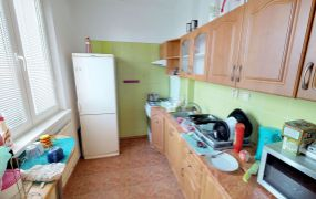 EXKLUZÍVNE IBA U NÁS !!! Ponúkame Vám na predaj veľký 1 izbový byt, 39 m2 + 5 m2 balkón, Dubnica nad Váhom- Pod Hájom.