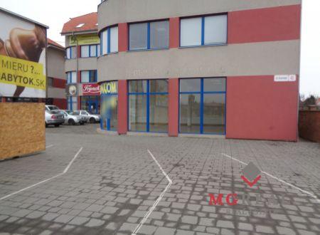 Obchodný priestor s výkladom, showroom a parkovacou plochou