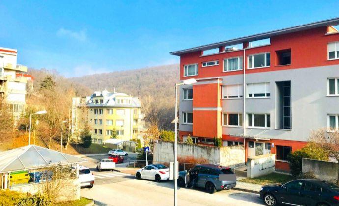 GREGORY Real, predaj 1 izbový byt s terasou 15 m2, lodžiou a pivnicou, výhľad Líščie údolie, Karlova Ves, Bratislava IV., bezbariérový bytový dom