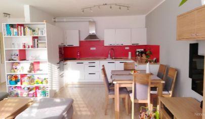 V projekte Devínsky dvor 2 izbový, zariadený byt. Výnimočná lokalita v blízkosti Sndbergu.