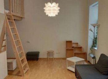 Veľký 1 izbový čiastočný mezonet s vysokými stropmi
