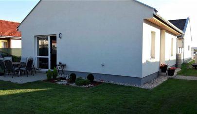 Predaj - Moderný 3 izbový samostatný rodinný dom - Typ Bungalov, novostavba - RAJKA-TOP PONUKA!