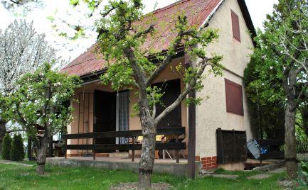 Ponúkame Exluzívne na predaj útulnú chatu so 4,5 árovým pozemkom v pokojnom a bezpečnom prostredí blízko Bratislavy.