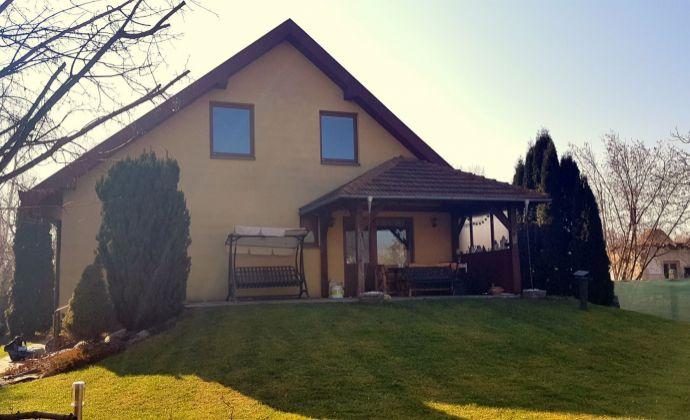 Veľký 2-generačný 3-podlažný rodinný dom, pozemok 708 m2, Mierovo