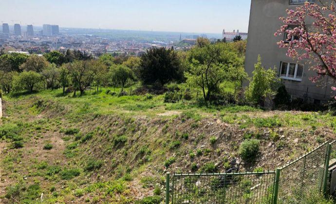 BA I Staré Mesto Mudroňova na predaj slnečný exkluzívny pozemok 1 354 m2 nad hradom s výhľadom na panorámu Bratislavy