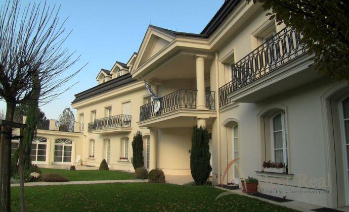 Best Real - nadštandardný, priestranný byt v dome s bazénom, 200m2, v mestskej vile v Horskom parku.
