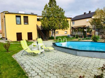 Priestranný dom s bazénom a saunou Valaliky - párty dom