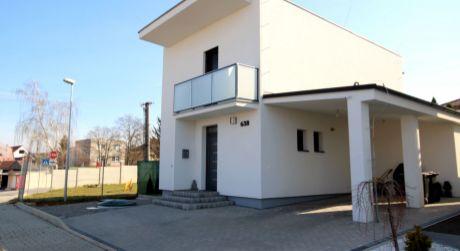 Krásny nový viladom v Urminciach, kúpou voľný!