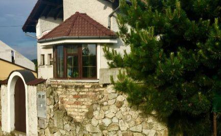 Veľký 5 izbový rodinný dom v rustikálnom štýle s pozemkom 1731 m2 v tesnej blízkosti hrádze v Hamuliakove.
