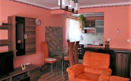 Útulný dvojizbový tehlový byt v centre Lehníc